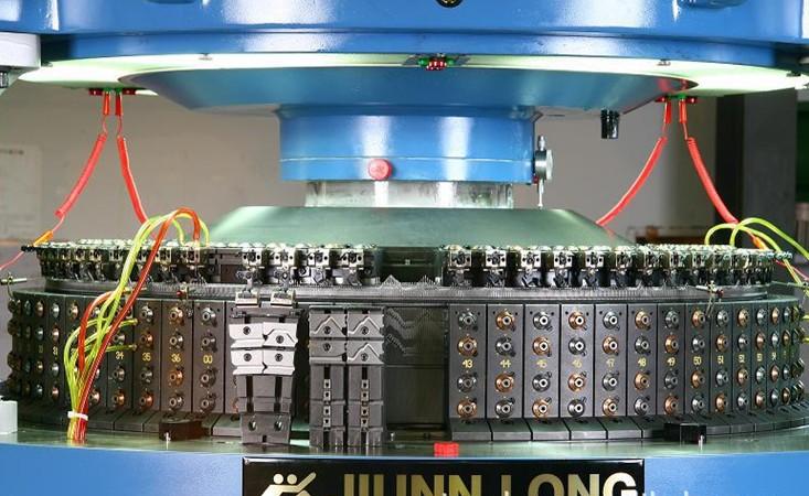 品牌:台湾骏隆 加工能力:22小时产布250公斤 型号:双面JLD-N 种类:圆机 规格:34*72F*24G 台湾骏隆机械有限公司成立于1989年,秉持着创造出高产量和高速度之针织机械的原则,竭力于产品的设计与研发以提供客户高质量的产品、合理的价格、及专业的服务和技术援助,使针织业者获得最大利润。本公司虽为圆编针织机的生产厂商,然却发源于针织布料的织造工厂,此乃肇因于公司创始人王三旗先生,在创立骏隆机械前即已经营针织工厂十多年,基于实际上之需要而萌生替自己的针织厂订做圆机的想法。凭借着追求更符合理想的针